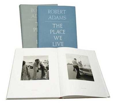 Robert Adams: The Place We Live, a Retrospective Selection of Photographs, 1964-2009 - Adams, Robert, and Chuang, Joshua (Contributions by), and Papageorge, Tod (Contributions by)